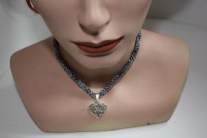 handgearbeitete Dirndlkette mit Herzanhänger, schwarz mit silber, leicht elastisch,        - Handarbeit kaufen