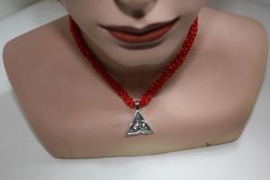 handgearbeitete Dirndlkette mit keltischem Knoten Triangel, rot Glitzer, leicht elastisch,      - Handarbeit kaufen