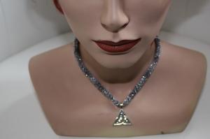 handgearbeitete Dirndlkette mit keltischem Knoten Triangel, antik-silber, leicht elastisch,    - Handarbeit kaufen