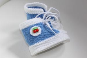 handgestrickte süße Babyschühchen /Turnschuhe  - Kirsche- himmelblau