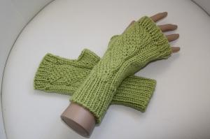 handgestrickt Arm-/Handstulpen mit Glitzer und Daumenloch,  maigrün