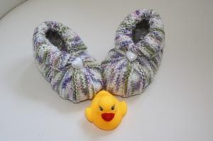 handgestrickte süße Babyschühchen, lila-bunt  mit Knopf  - Handarbeit kaufen