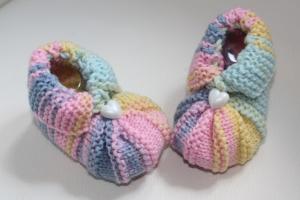 handgestrickte süße Babyschühchen, pastell  mit Herz-Knopf    - Handarbeit kaufen