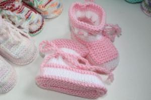 handgestrickte süße Babyschühchen, rosa-weiß, 100%Polyacryl         - Handarbeit kaufen