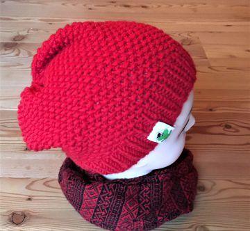 Rote Strickmütze mit Überhang
