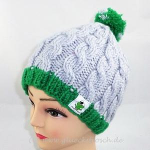 Graue Mütze mit Zopfmuster, grünem Rand und Bommel - Handarbeit kaufen