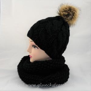 Schwarze Mütze mit Zopfmuster und beigen Kunstfellbommel  - Handarbeit kaufen