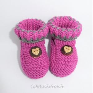 Babyschuhe,Babystiefel, handgestrickt, dunkelrosa mit Herz, 9 cm Fußsohlenlänge, - Handarbeit kaufen