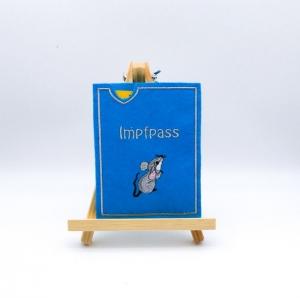 Hülle für gelben Impfausweis in hellblau, mit einer süßen grauen Maus bestickt, Impfpasshülle, Impfbuchhülle