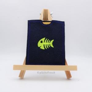 Hülle für gelben Impfausweis in dunkelblau, bestickt mit einem Fisch, Fischgräten, Fischgeribbe, Fischbones in neongelb - Handarbeit kaufen
