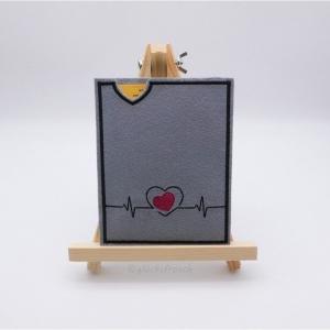 Hülle für gelben Impfausweis aus Filz, grau mit einem Herzschlag, EKG und einem roten Herz bestickt, Impfpass, Impfbuch  - Handarbeit kaufen