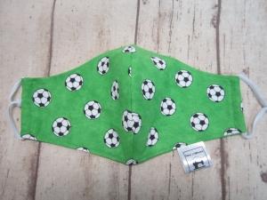 Behelfsmaske für Mund und Nase für Grundschulkinder - Fußbälle auf grünem Rasen - Handarbeit kaufen