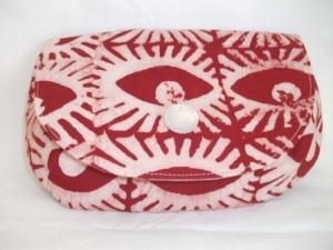 Tolle Clutch aus afrikanischem Batikstoff in leuchtendem Rot und Weiß, handgenäht - Handarbeit kaufen
