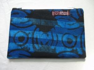 Kleine  genähte Tasche aus afrikanischem Batikstoff in Blau und Schwarz
