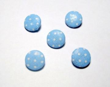 5 Stück stoffüberzogene Knöpfe, hellblau mit Punkten - Handarbeit kaufen