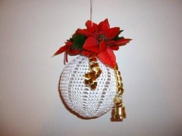 Gehäkelte Weihnachtskugel mit Weihnachtsstern, weiß, zum Hängen