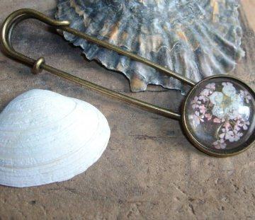 Tuchnadel/ Kiltnadel Blüten in rosa und weiß, Messing  - Handarbeit kaufen