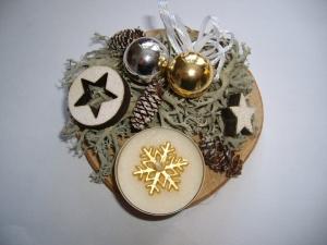Kleines Adventsgesteck mit Kerze und Moos, creme-gold