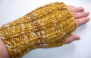 Armstulpen/Handstulpen/Pulswärmer, hellbraun-beige, mit Daumenloch  - Handarbeit kaufen