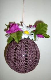 Gehäkelte Dekokugel mit Frühlingsblumen, lila, violett, zum Hängen  - Handarbeit kaufen