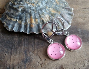 Ohrringe mit schwarzen Pünktchen auf rosa Grund, versilbert - Handarbeit kaufen
