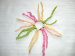 Gefilztes Haargummi mit Zotteln, Frühlingsfarben rosa-grün-cremegelb - Handarbeit kaufen