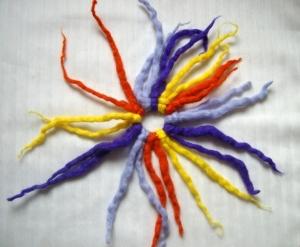 Gefilztes Haargummi mit Zotteln, in lila-gelb-orange und flieder, extra zottelig - Handarbeit kaufen