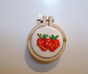 Kühlschrankmagnet Kreuzstich süße Erdbeeren, 4 cm Durchmesser - Handarbeit kaufen