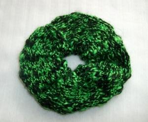 Gestricktes Scrunchie schwarz-grün, 100% Polyacryl, Haargummi, Zopfgummi    - Handarbeit kaufen
