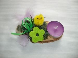 Kleines Ostergesteck mit Kerze und Moos, gelb-grün-lila