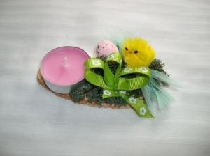 Kleines Ostergesteck mit Kerze und Moos, gelb-grün-rosa