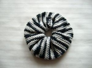 Gehäkeltes Scrunchie in schwarz-weiß-grau, 100% Baumwolle, Haargummi, Zopfgummi