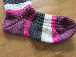Handgestrickte Socken mit einem sehr schönen Muster