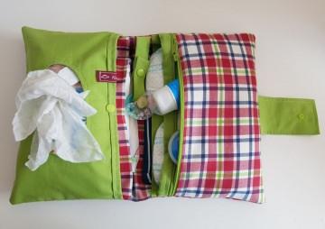 Wickeltasche , Windeltasche  aus Baumwolle im Karo-Muster, ausreichend Platz für die wichtigsten Dinge