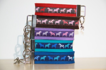 Schlüsselanhänger Dala Pferde, Pferd, lila, blau, türkis, braun, rot,