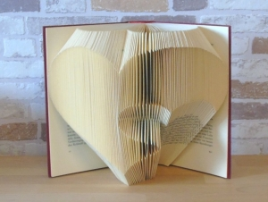 gefaltetes Buch - Herz in Herz // Buchkunst // Bookfolding // Book Art // Hochzeit // Valentinstag // Liebe - Handarbeit kaufen