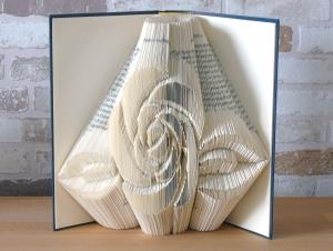 gefaltetes Buch - Rose // Bookfolding // Buchkunst // Book Art // Geschenk // Dekoration // Liebe // Freundschaft // Blumenliebhaber - Handarbeit kaufen