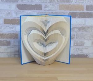 gefaltetes Buch - Zwei Herzen // Buchkunst // Bookfolding // Dekoration // Geschenk // Hochzeit // Valentinstag // Liebe - Handarbeit kaufen