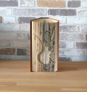 gefaltetes Buch - Gitarre // Buchkunst // Bookfolding // Geschenk // Musikliebhaber // Dekoration // Musik - Handarbeit kaufen