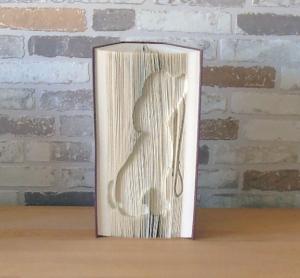 gefaltetes Buch - sitzender Hund mit Leine // Buchkunst // Bookfolding // Geschenk // Dekoration // Hundeliebhaber - Handarbeit kaufen