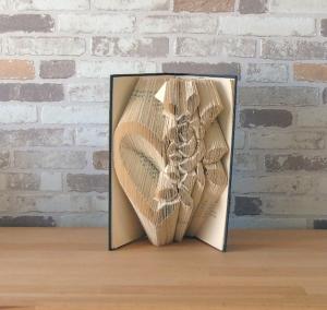 gefaltetes Buch - Herzrose // Bookfolding // Buchkunst // Geschenk // Liebe // Hochzeit // Dekoration // Valentinstag // Muttertag - Handarbeit kaufen