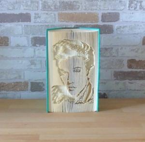 gefaltetes Buch - Elvis Portrait // Buchkunst // Buchfalten // Bookfolding // Dekoration // Musikliebhaber // Elvisfan  - Handarbeit kaufen