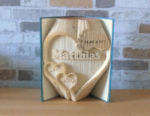gefaltetes Buch - Herz mit Name und Datum zur Geburt // Buchkunst // Bookfolding // Dekoration // Geschenk // Taufe // Taufgeschenk  - Handarbeit kaufen