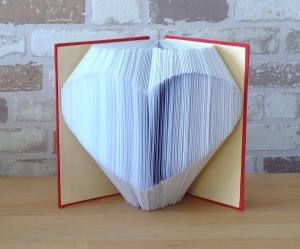 gefaltetes Buch - Herz in einem handgebundenen Notizbuch // Buchkunst // Buchbinden // Dekoration // Geschenk // Muttertag // Valentinstag - Handarbeit kaufen