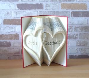 gefaltetes Buch - zwei verschlungene Herzen mit Namen // Buchkunst // Bookfolding // Dekortaion // Geschenk // Hochzeit // Valentinstag - Handarbeit kaufen