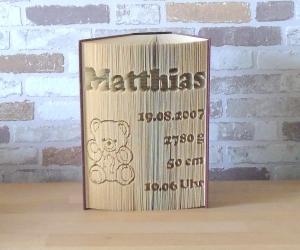 gefaltetes Buch - zur Geburt mit Name, Geburtsdatum und Teddy // Buchkunst // Taufe // Geschenk // Buchfalten / Bookfolding - Handarbeit kaufen