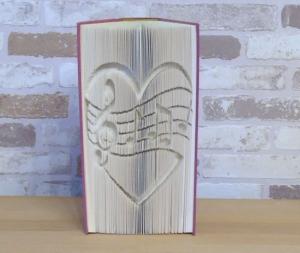 gefaltetes Buch - Notenherz // Buchkunst // Dekoration // Musikliebhaber // Buchliebhaber // Bookfolding // Book Art // Geschenk - Handarbeit kaufen