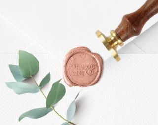 Personalisierter Siegelstempel SARAH ♥ 30mm Durchmesser ♥ gravierte Messingplatte mit Holzgriff montiert