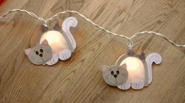 Lichterkette Katze, gebastelt aus verschiedenen Papieren, für den Innenbereich