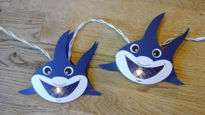 Lichterkette  Hai, gebastelt aus verschiedenen Papieren, für den Innenbereich